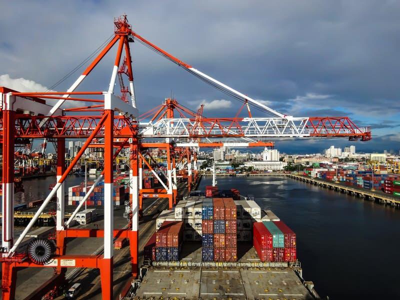 Ao lado no porto de Manila, Filipinas fotos de stock royalty free
