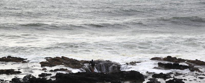 Ao longo da costa de Oregon: Esperando a onda no poço do ` s do Thor imagem de stock royalty free