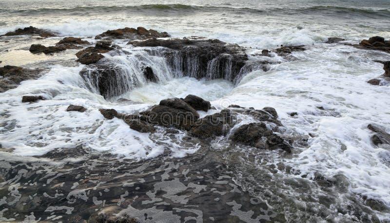 Ao longo da costa de Oregon: Poço do ` s do Thor fotos de stock