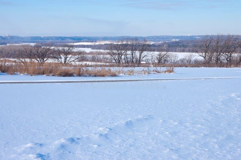 Ao longo da fuga nevado do blefe no parque do lago spring imagens de stock