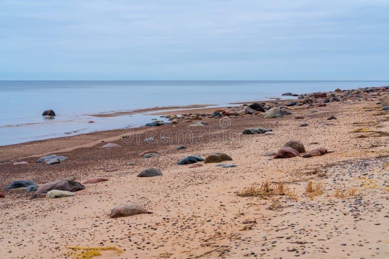 Ao longo da praia são as pedras maiores e menores fotos de stock royalty free