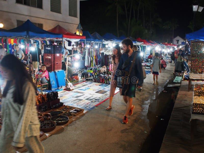 Ao longo da rua da estrada principal entre províncias de LUANG PRABANG e de VANG VIENG fotos de stock