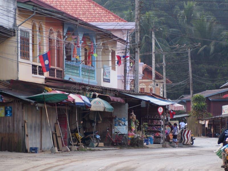 Ao longo da rua da estrada principal entre províncias de LUANG PRABANG e de VANG VIENG foto de stock