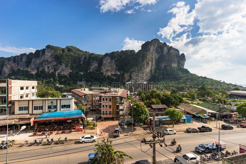 Ao Nang,甲米府,泰国- 2019年1月12日:从高度的看法在地方主路和街道有旅馆的,餐馆 库存照片