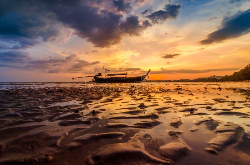 Ao Nang Krabi,泰国,海滩有大量人在晚上 金黄光 免版税库存图片