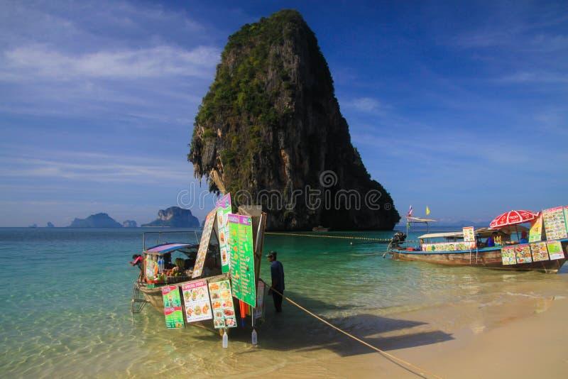 AO NANG KRABI, TAILANDIA - 3 DE ENERO 2017: Opinión sobre roca aislada en el mar de andaman con el barco de la largo-cola en la v fotos de archivo libres de regalías