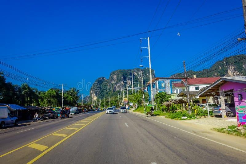 AO NANG, TAILÂNDIA - 9 DE FEVEREIRO DE 2018: Vista exterior da estrada para visitar praias de alguns turistas, com algum nativo foto de stock