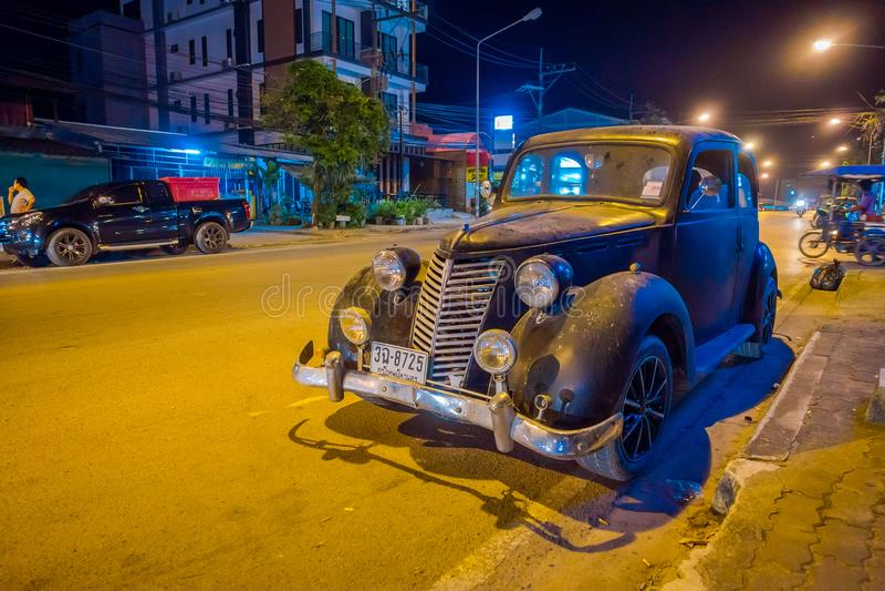 AO NANG, TAILÂNDIA - 9 DE FEVEREIRO DE 2018: A vista exterior do carro preto clássico velho estacionou nas ruas durante a noite n imagem de stock