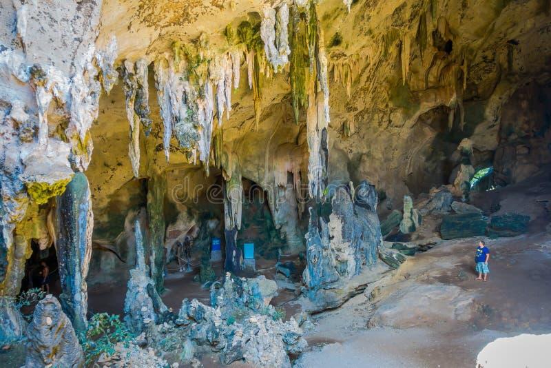 AO NANG, TAILÂNDIA - 23 DE MARÇO DE 2018: Ideia bonita do khanabnam antigo de Khao da caverna na província de Krabi, Tailândia fotografia de stock