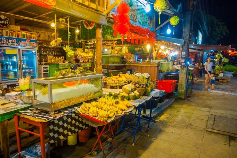 AO NANG, TAILÂNDIA - 5 DE MARÇO DE 2018: Povos não identificados que andam perto de um restaurante com alimento e frutos assorete imagem de stock