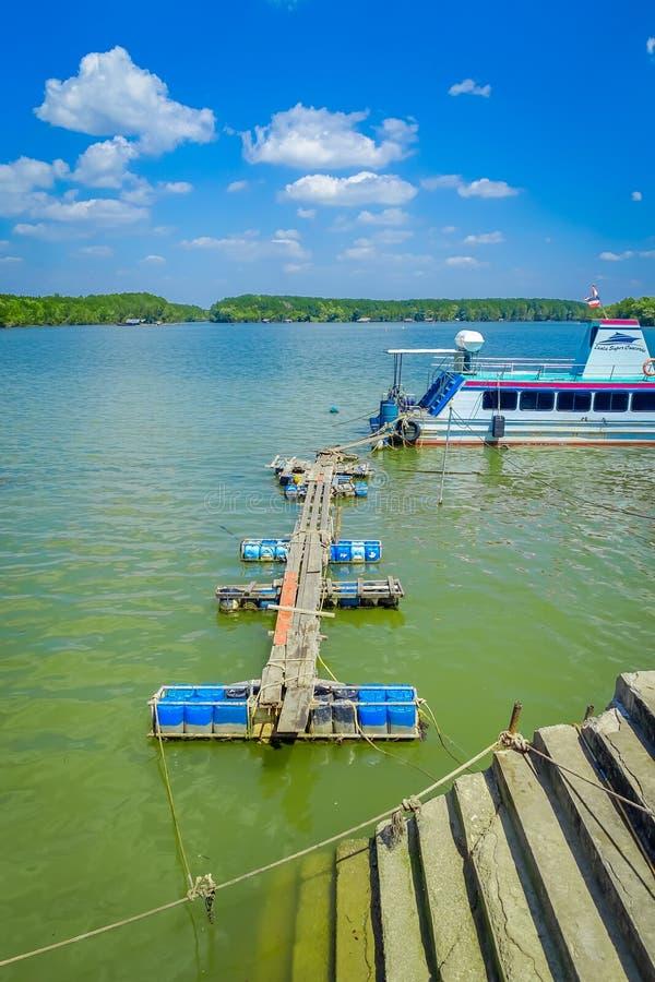 AO NANG, TAILANDIA - 19 DE FEBRERO DE 2018: Sobre vista del puente de madera improvisado del barco de pesca al embarcadero en imagen de archivo