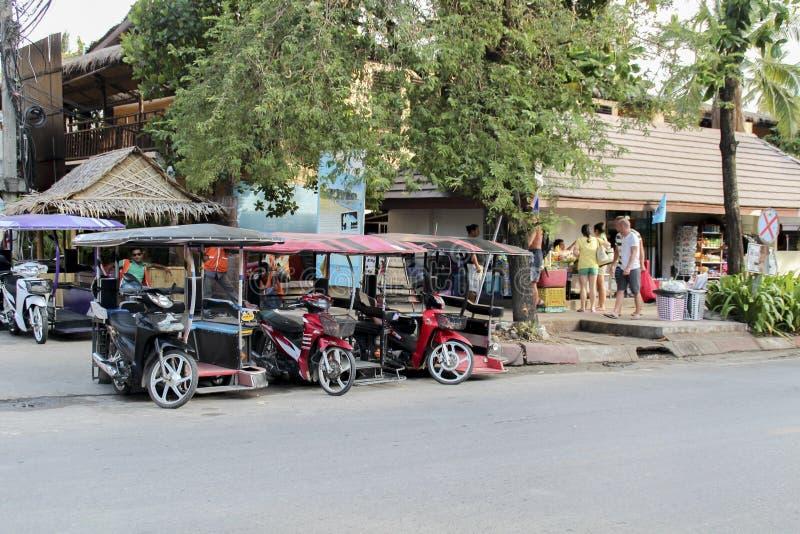 AO NANG, TAILANDIA, EL 10 DE FEBRERO DE 2015: Turistas que gozan de la playa del oeste hermosa y ancha de Railay rodeada por los  foto de archivo libre de regalías