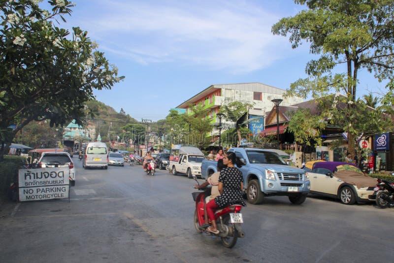 AO NANG, TAILANDIA, EL 10 DE FEBRERO DE 2015: Turistas que gozan de la playa del oeste hermosa y ancha de Railay rodeada por los  fotografía de archivo