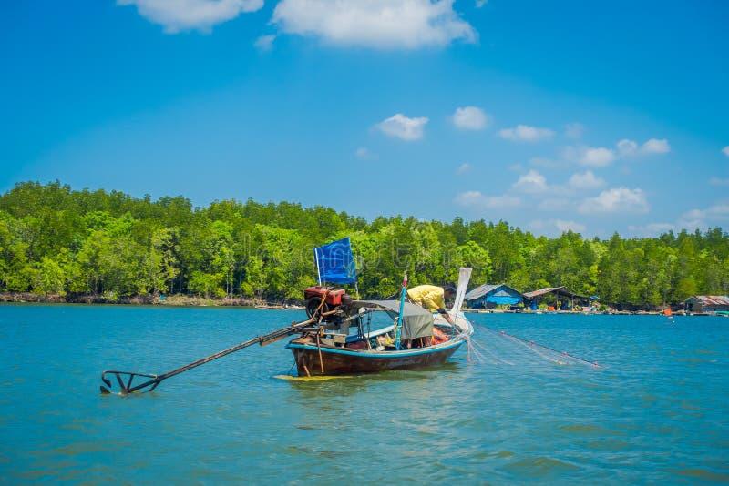 AO NANG, TAILANDIA - 19 FEBBRAIO 2018: Bella vista all'aperto di pesca non identificata dell'uomo in barche tailandesi nel fiume  immagine stock libera da diritti