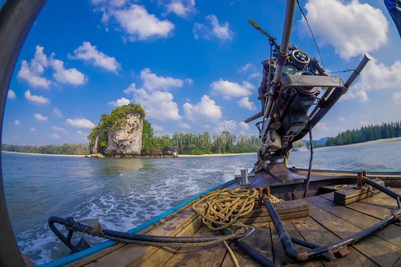 AO NANG TAJLANDIA, LUTY, - 09, 2018: Zamyka up motorowa łódź nad długiego ogonu łodzią z zamazanym natury tłem obraz stock