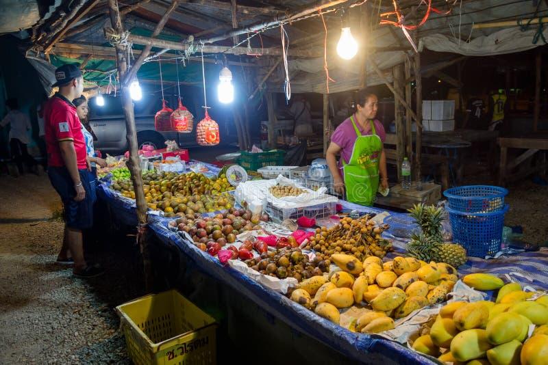 AO NANG TAJLANDIA, MARZEC, -, 23, 2018: Plenerowy widok niezidentyfikowani ludzie w jawnym owocowym targowej ulicy jedzeniu opóźn obraz stock