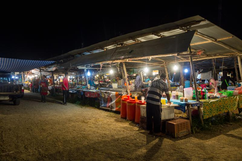 AO NANG TAJLANDIA, MARZEC, -, 23, 2018: Plenerowy widok niezidentyfikowani ludzie w jawnym owocowym targowej ulicy jedzeniu opóźn obrazy royalty free