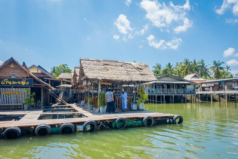 AO NANG, THAILAND - FEBRUARI 19, 2018: Härlig utomhus- sikt av den traditionella thailändska havs- restaurangen på styltor över fotografering för bildbyråer