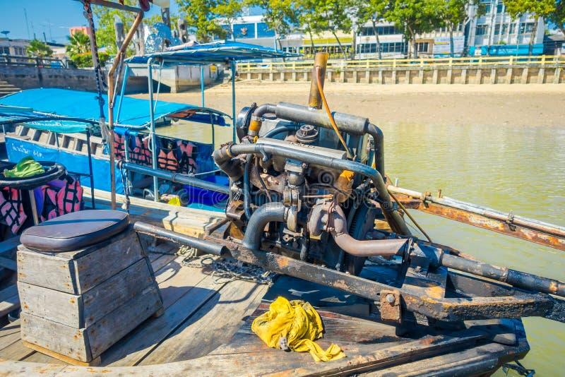 AO NANG, THAILAND - FEBRUARI 09, 2018: Sluit omhoog van details van de motorboot over een lange staartboot met een vage aard stock foto's