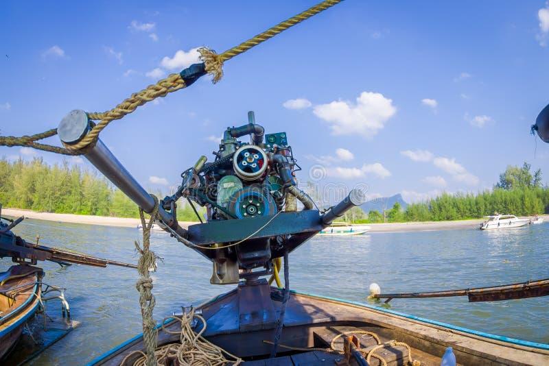 AO NANG, THAILAND - FEBRUARI 09, 2018: Sluit omhoog van motorboot over een lange staartboot met een vage aardachtergrond royalty-vrije stock afbeeldingen