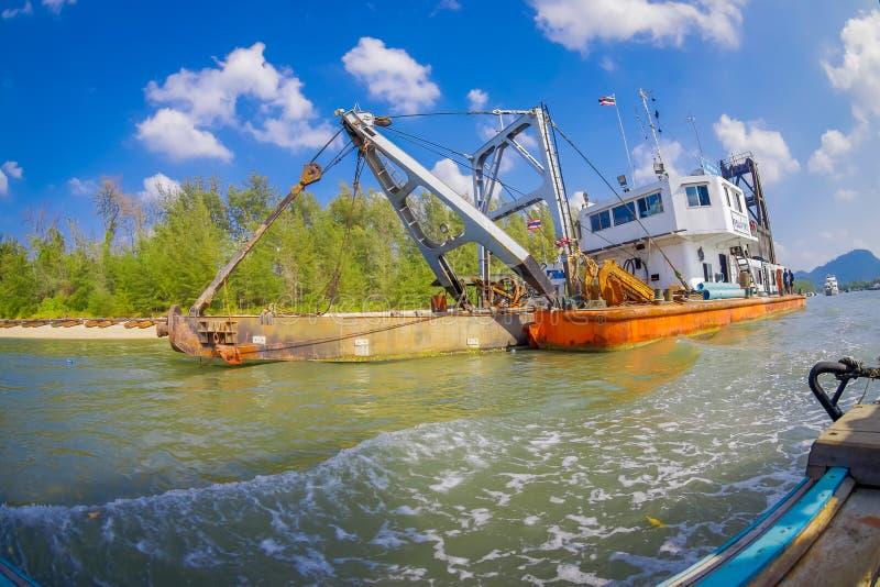AO NANG, THAILAND - FEBRUARI 09, 2018: Utomhus- sikt av det enorma fartyget med en ramp som seglar i floden på med ett suddigt royaltyfri bild