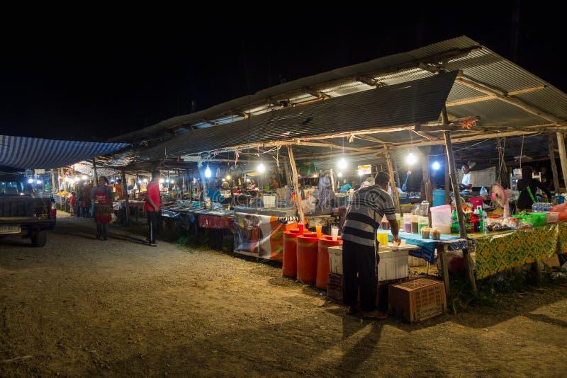 AO NANG, THAILAND - MARS, 23, 2018: Den utomhus- sikten av oidentifierat folk i en offentlig mat för fruktmarknadsgata stannar på royaltyfria bilder