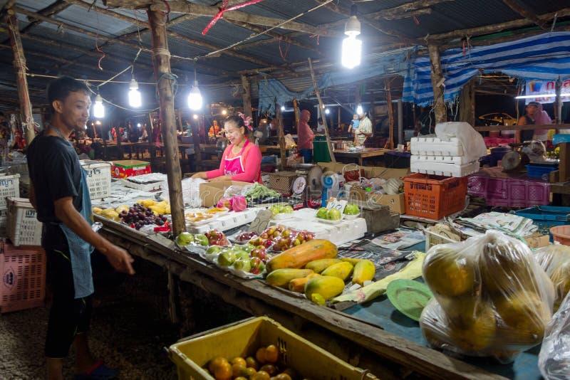 AO NANG, THAILAND - MARS, 23, 2018: Den utomhus- sikten av oidentifierat folk i en offentlig mat för fruktmarknadsgata stannar på fotografering för bildbyråer
