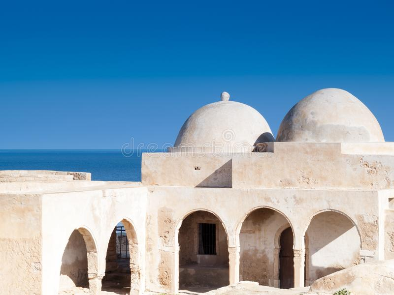 Ao sul de Tunísia, Djerba, a mesquita antiga do mergulhão-do-norte de Fadh fotos de stock royalty free