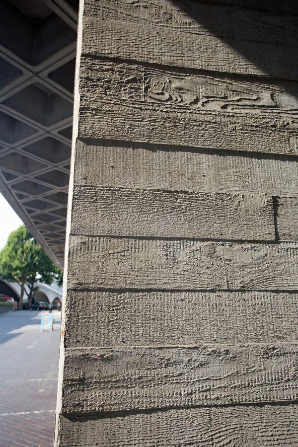 Août 2017, Southbank, Londres, Angleterre La texture sur un courrier concret au théâtre national, Londres trahit comment elle a é image stock