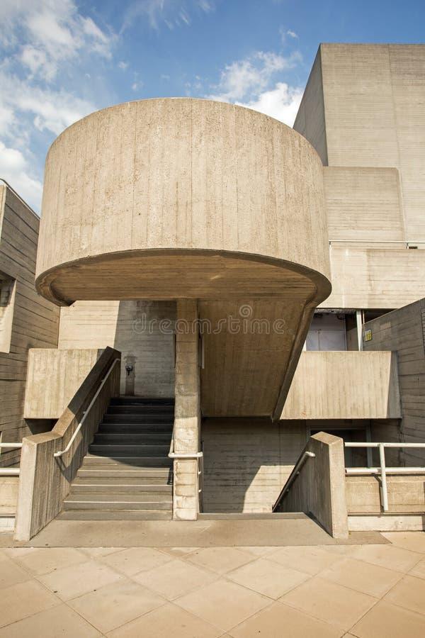 Août 2017, Southbank, Londres, Angleterre Un escalier en béton au théâtre national, Londres image stock