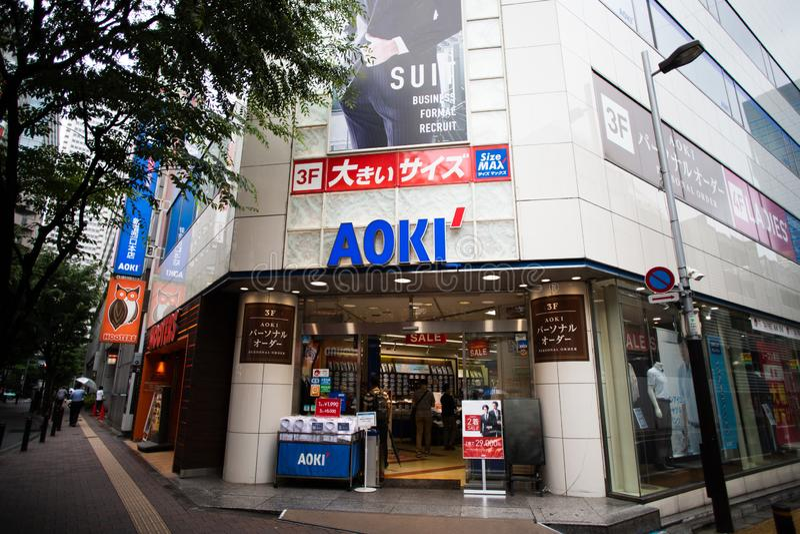AOKI es una tienda especializada popular de la ropa del negocio en Japón imágenes de archivo libres de regalías