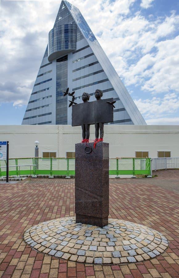 Aomori, Japón, escultura de gemelos en la costa imagenes de archivo