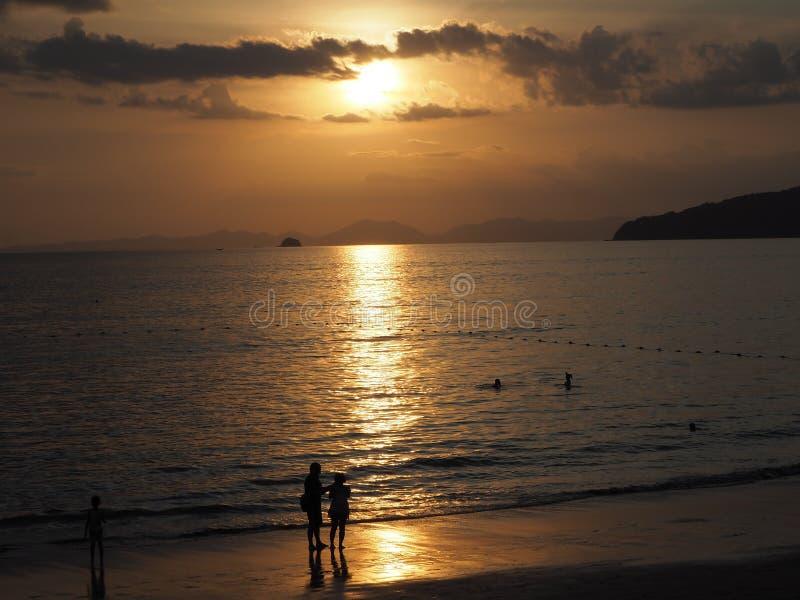 aonang krabi Thailand machen Foto auf Sonnenuntergang stockbilder