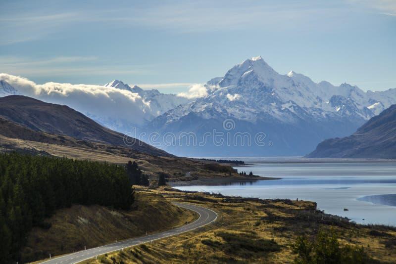 Aoraki, jeziorny Pukaki widok od peterpunktu obserwacyjnego/góry Cook, drogi i turkusu, obraz royalty free