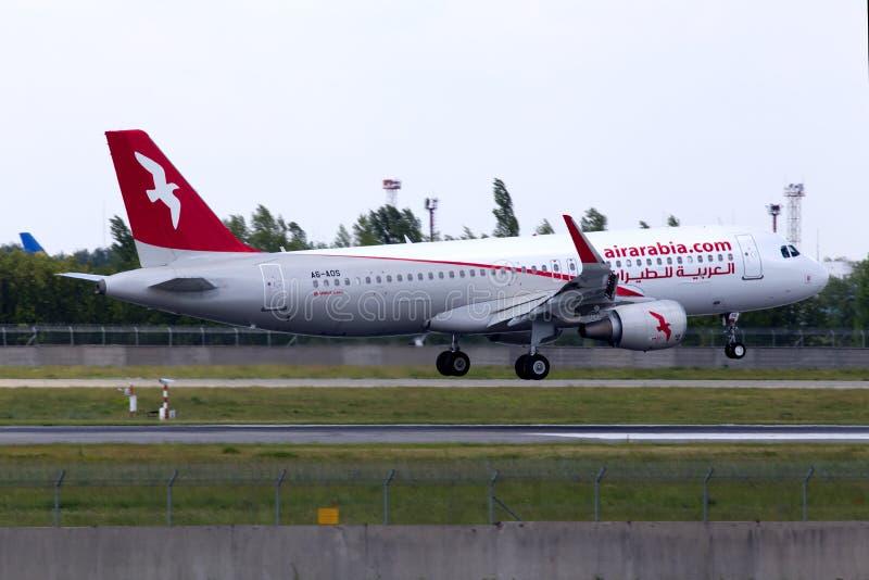 A6-AOS Air Arabia-Luchtbusa320-200 vliegtuigen die op de baan landen stock afbeelding