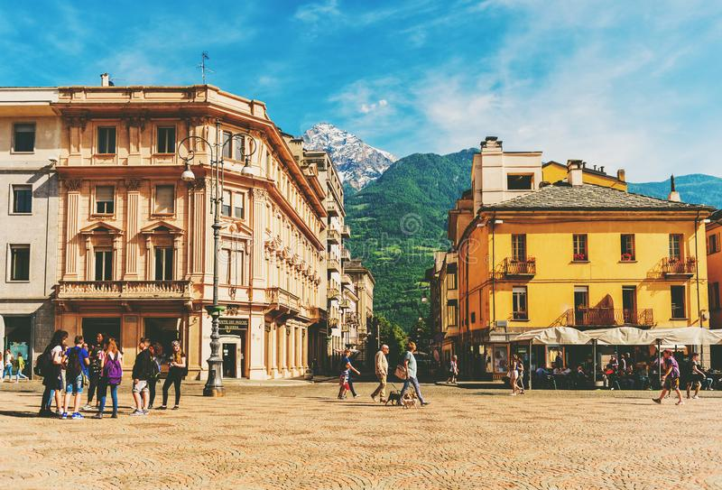 Aosta, Itália, o 25 de maio de 2017 Itália, Aosta, pessoa que anda na plaza central Emilio Chanoux fotos de stock
