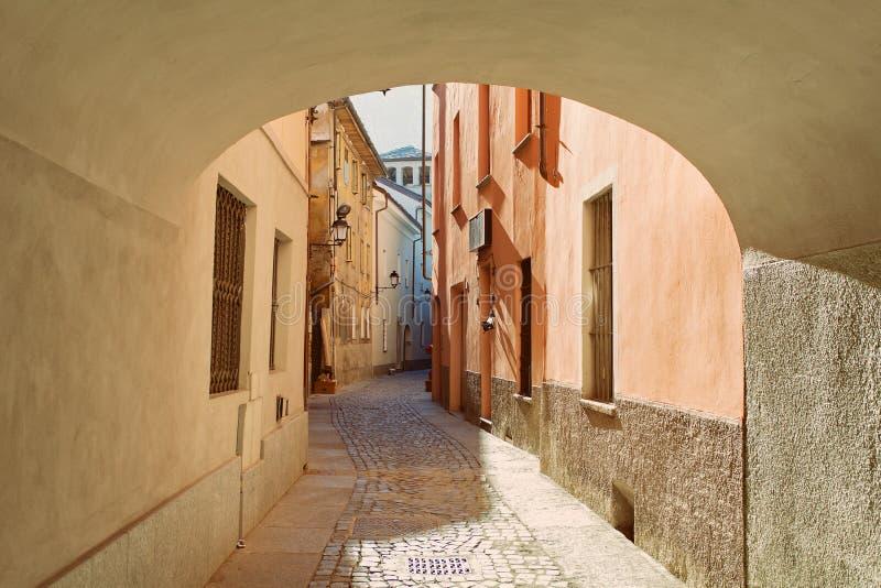 AOSTA, ` AOSTA, ITALIEN - typische alte Stadtstraße VALLE D stockfotografie