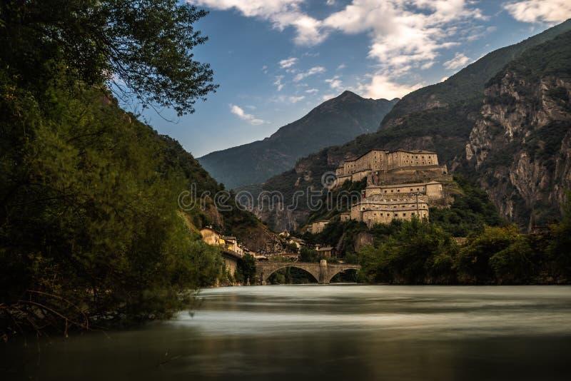 Aosta oud kasteel met rivier in bewolkte hemel de Noord- van Italië royalty-vrije stock fotografie