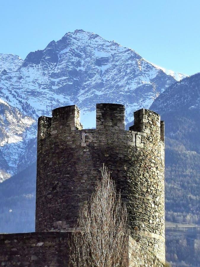 Aosta-toren met bergen op de achtergrond stock fotografie