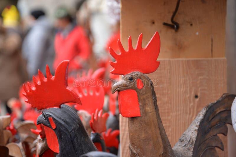 Aosta Valley lokal hemslöjd, träungtuppskulptur royaltyfria bilder
