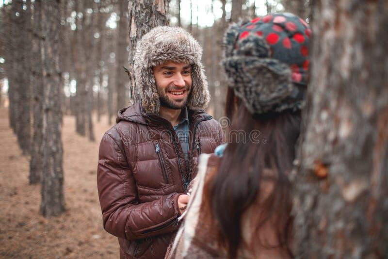 Aouple dans l'amour, chaudement habillé sont dans une forêt froide d'automne et ont l'amusement là photographie stock libre de droits