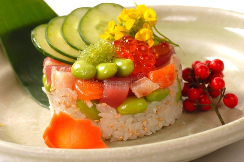 Apéritif asiatique de riz avec le thon, et les saumons photographie stock libre de droits