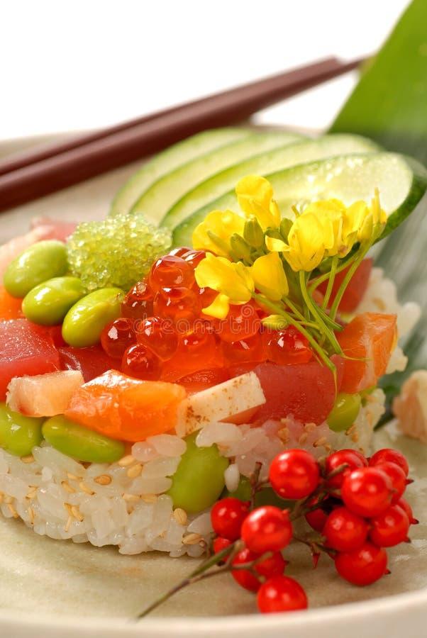 Apéritif asiatique de riz et de thon avec des légumes photos libres de droits