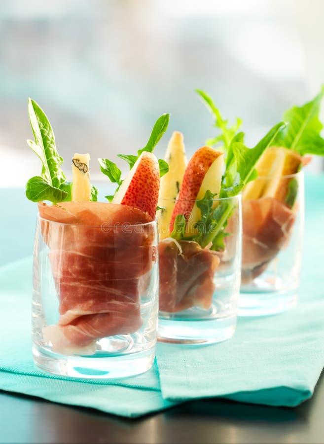 Apéritif avec la poire, prosciutto, arugula, Gorgonzola image libre de droits