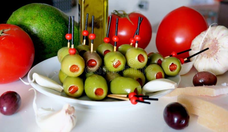 Apéritif avec les olives, la tomate, l'avocat, l'ail et le saindoux photographie stock libre de droits
