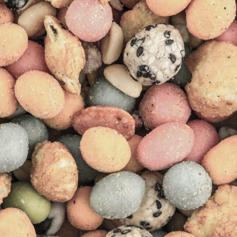 Apéritif chaud de bière cuit au four par lustre chevronné épicé d'arachide de l'Asie de noix de casse-croûte de mélange photos libres de droits