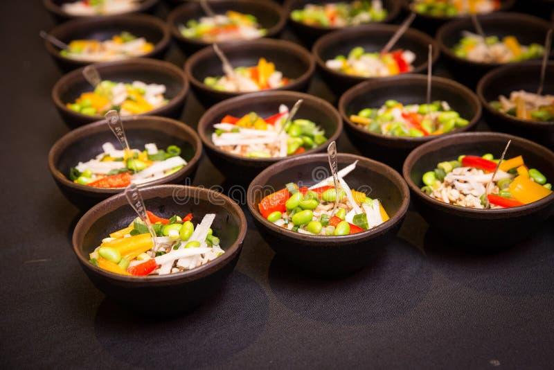 Apéritif de cuvette de poussée de Plats gastronomiques au buffet approvisionné image libre de droits