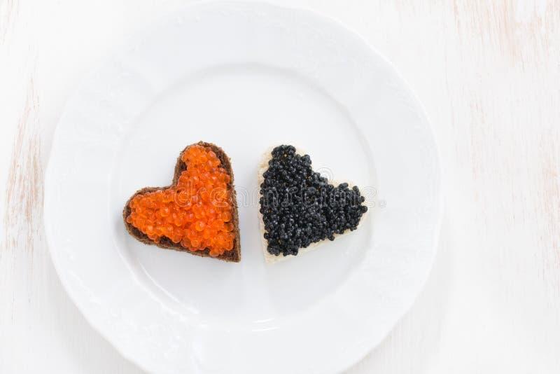 Apéritif de fête - les pains grillés au coeur forment du plat blanc photos libres de droits