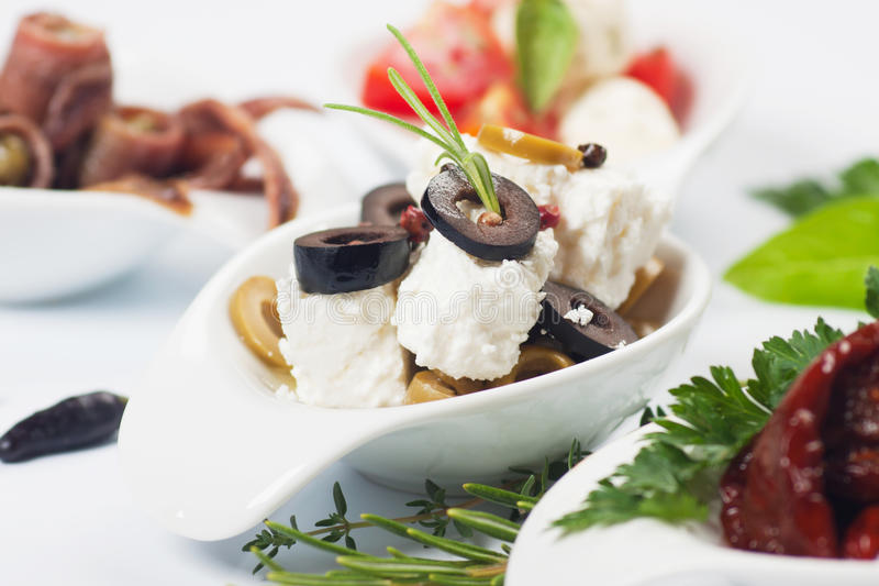 Apéritif de fromage avec les olives et le romarin images libres de droits