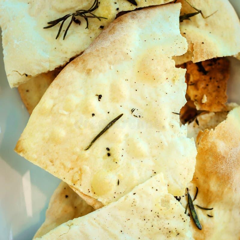 Apéritif de pain pita cuit au four avec l'huile et le romarin d'olive d'un plat blanc images libres de droits